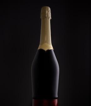 Silhueta de garrafa de espumante isolada em fundo escuro iluminada por uma luz de fundo