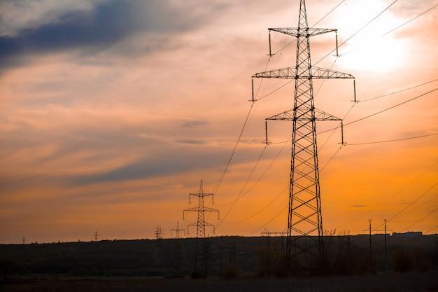 Silhueta de grupo de torres de transmissão
