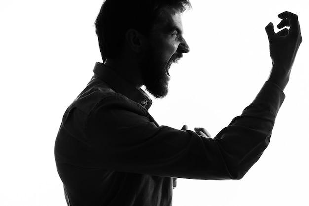 Silhueta de homem vestindo fantasia mística vista recortada sombra