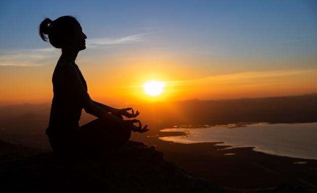 Silhueta de ioga na montanha