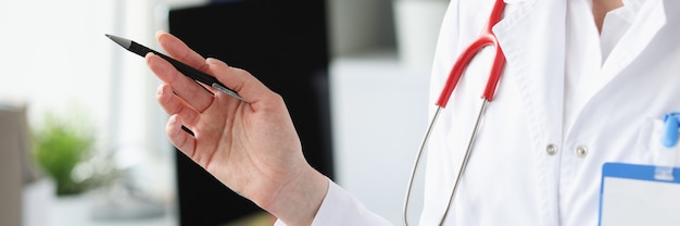 Silhueta de médico com caneta na mão