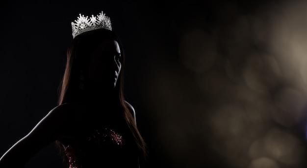 Silhueta de miss pageant contest com coroa de diamante