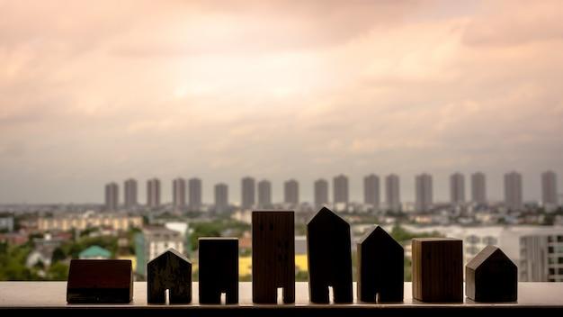 Silhueta de modelo de casa de madeira na mesa de madeira