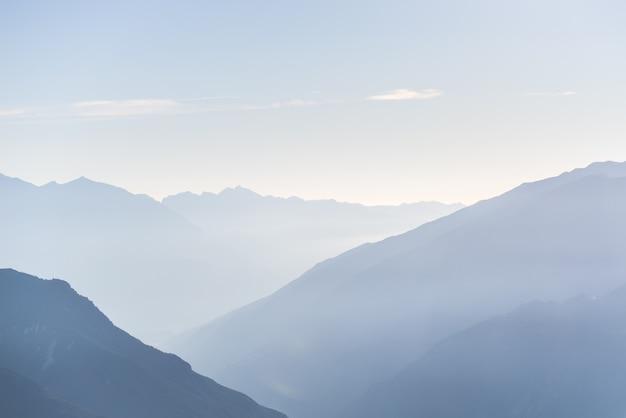 Silhueta de montanha ao nascer do sol