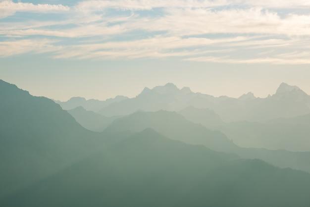 Silhueta de montanha distante com céu claro e luz suave