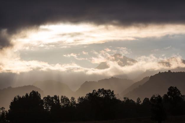 Silhueta de montanhas