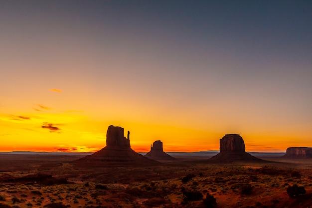 Silhueta de monument valley no belo nascer do sol de agosto, utah
