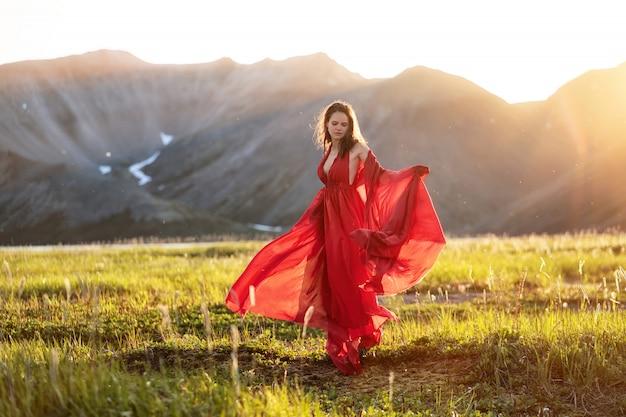 Silhueta de mulher jovem e bonita ao pôr do sol