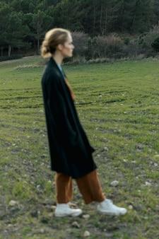 Silhueta de mulher nublada em campo