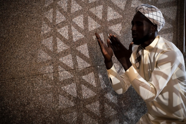 Silhueta de nacionalidade mexicana homens muçulmanos está orando em uma mesquita para orar a alá.