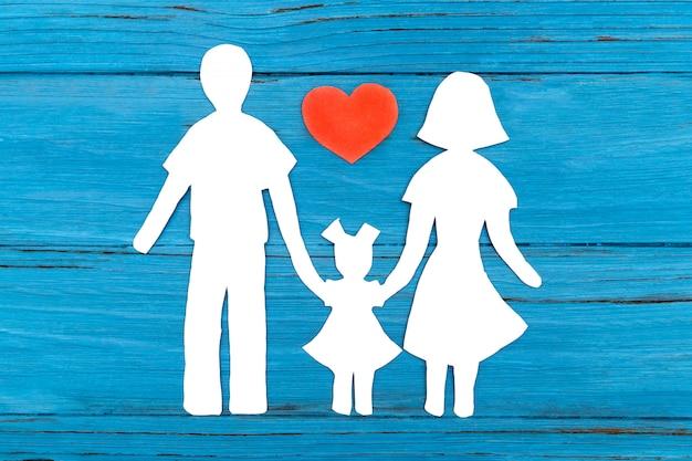 Silhueta de papel da família com coração vermelho