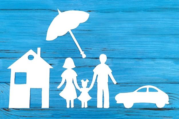 Silhueta de papel da família sob o guarda-chuva