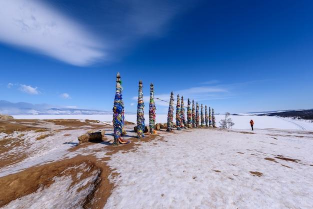 Silhueta de pessoa tira foto do lugar sagrado buryat na ilha de olkhon, lago baikal, rússia