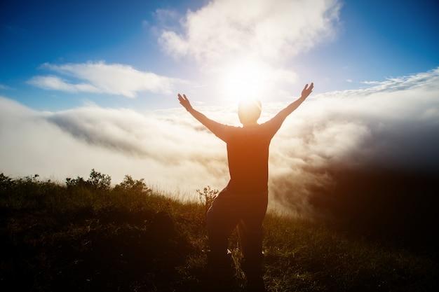 Silhueta de pessoas na montanha de manhã. foco suave.