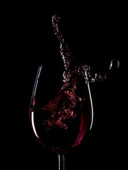 Silhueta de respingo de vinho tinto isolada