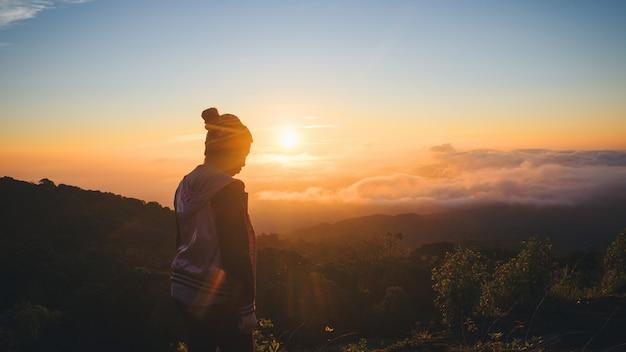 Silhueta de solidão e medo mulher no pôr do sol