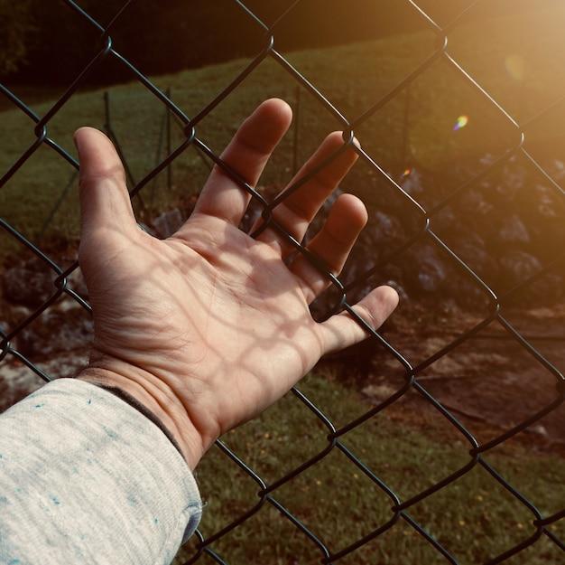 Silhueta de sombra de mão na rua, mão de homem nas sombras