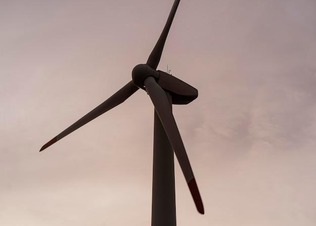 Silhueta de turbina eólica gerando eletricidade
