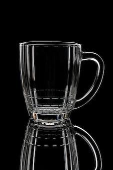 Silhueta de um copo de cerveja vazio em um preto