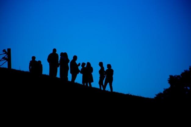 Silhueta de um grupo de pessoas contra o céu