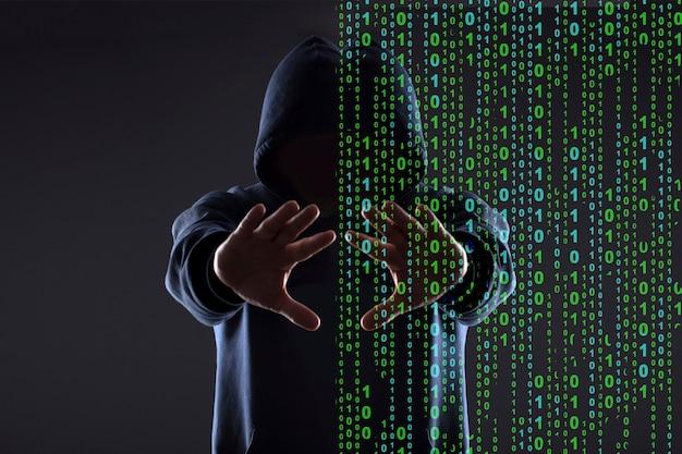 Silhueta de um hacker no capô em um fundo preto, conceito de realidade vs espaço cibernético