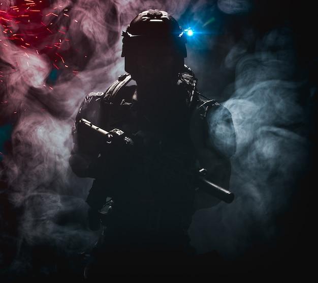 Silhueta de um misterioso soldado militar