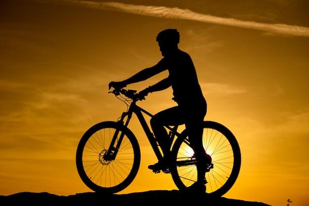 Silhueta de uma bicicleta no fundo do céu