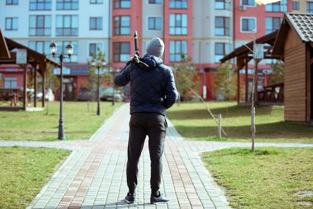 Silhueta do fotógrafo com tripé. jovem tirando foto com a câmera na cidade.