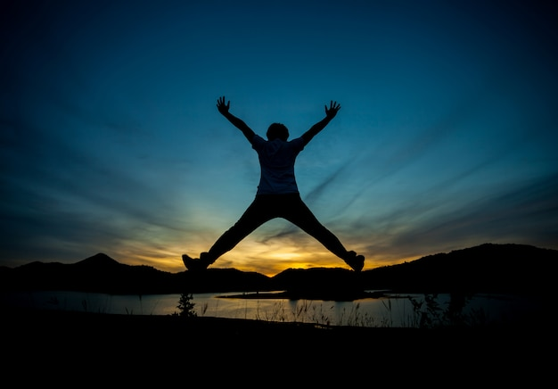 Silhueta do homem feliz. luz natural, luz dourada da noite, última luz.