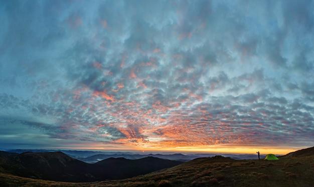 Silhueta do homem tirando foto da paisagem de montanha