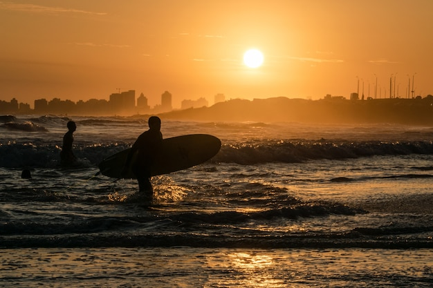Silhueta do surfista