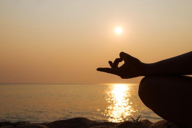Silhueta e yoga na praia com pôr do sol