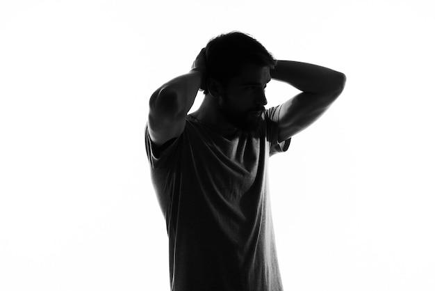 Silhueta escura de um cara em um modelo branco vista recortada close-up