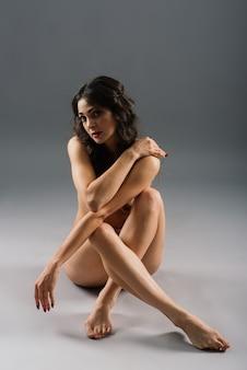 Silhueta feminina de nudez, uma jovem sedutora de corpo nu