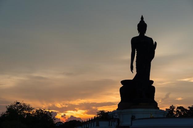 Silhueta grande buddha na noite.