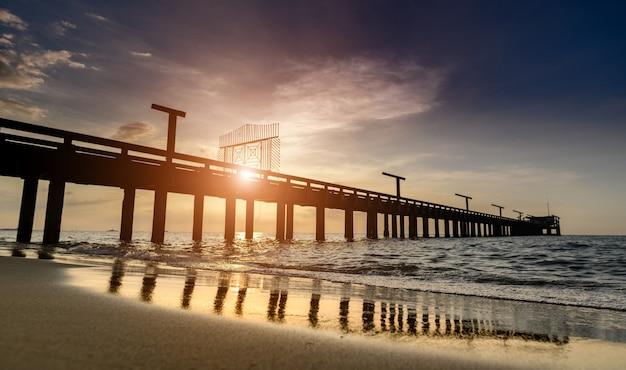 Silhueta longa ponte e céu mar scape com iluminação do sol ao ar livre.