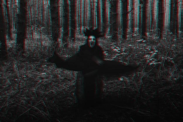 Silhueta negra assustadora borrada de uma bruxa malvada. preto e branco com efeito de realidade virtual de falha 3d