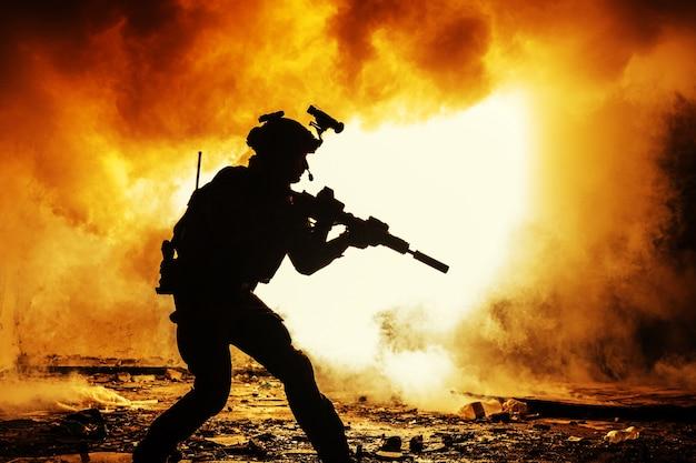 Silhueta negra de soldados