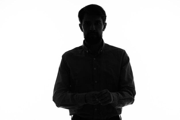 Silhueta negra de um homem em um modelo de vista recortada branco.