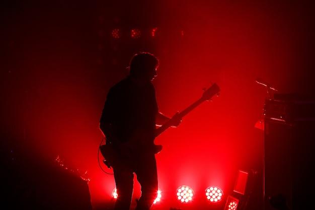 Silhueta negra do guitarrista em show de rock