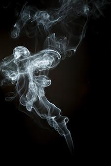 Silhueta ondulada de fumaça branca
