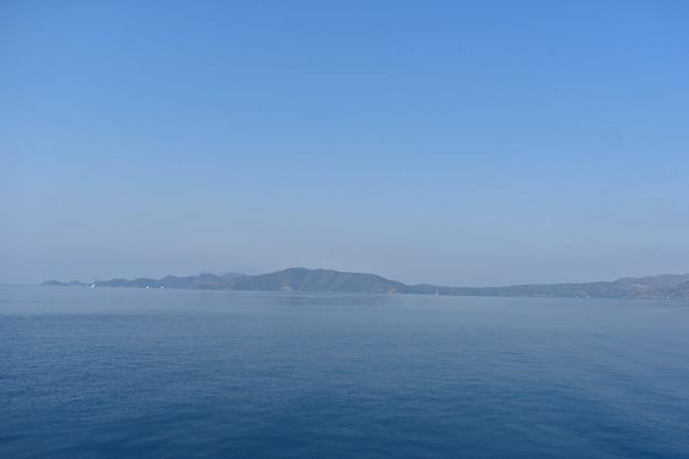 Silhuetas azuis de montanhas na costa do mar egeu. turquia