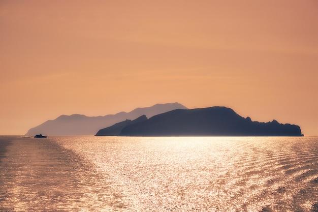 Silhuetas das ilhas cíclades no mar egeu