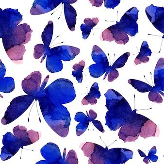 Silhuetas de aquarela sem costura padrão roxo de borboletas. fundo abstrato com insetos isolados no fundo branco. desenhado à mão.