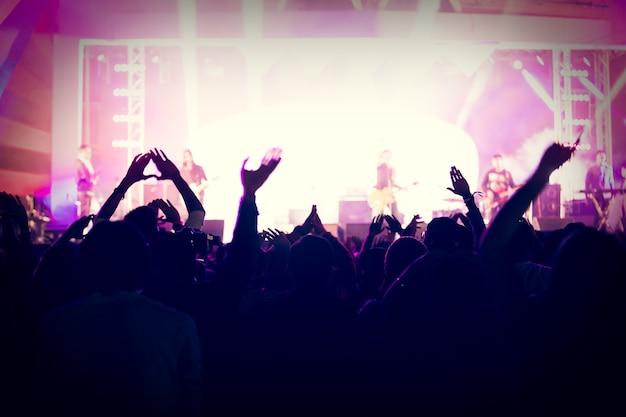 Silhuetas, de, concerto, torcida, em, vista traseira, de, festival, torcida, levantamento, seu, mãos, ligado, luminoso, fase, ligh