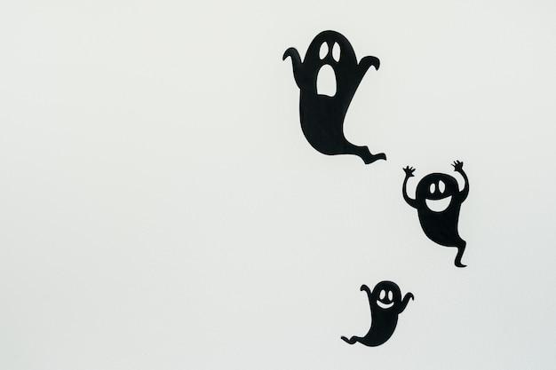 Silhuetas de fantasma em fundo branco