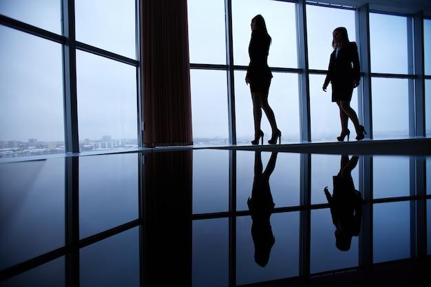 Silhuetas de mulheres de negócios