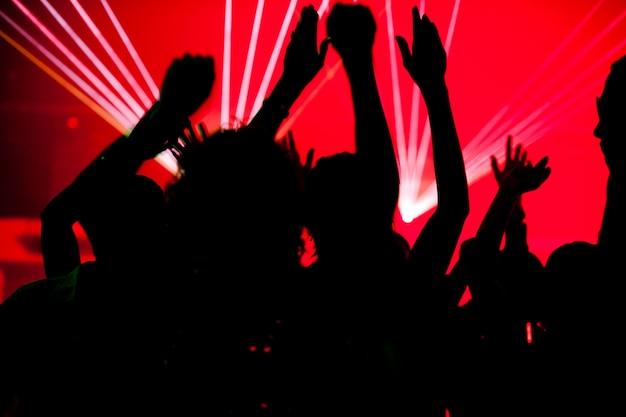 Silhuetas, de, pessoas dançando, tendo, um, celebração, em, um, discoteca, clube