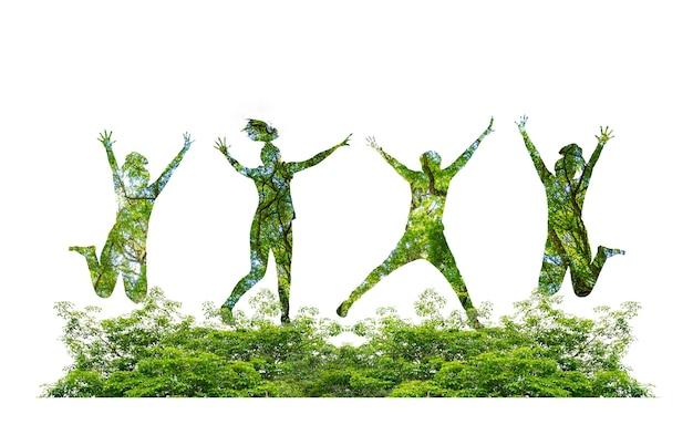 Silhuetas de pessoas pulando de alegria na floresta e no conceito de preservação do meio ambiente