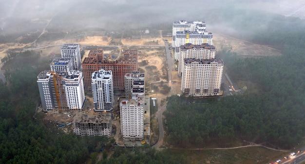 Silhuetas de prédios altos podem ser vistas através da névoa da manhã.